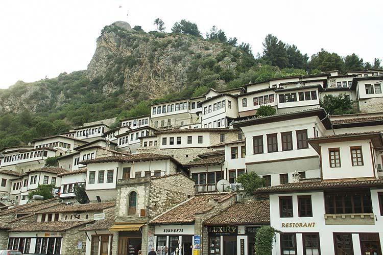Cosa vedere a berat albania tra quartieri storici e castelli for Vedere case online