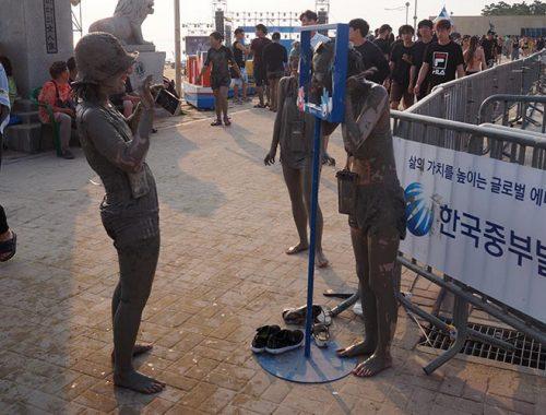 Boryeong Mud Festival Rotolarsi Fango Corea Sud